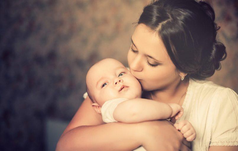 Beneficios de cantar al bebé