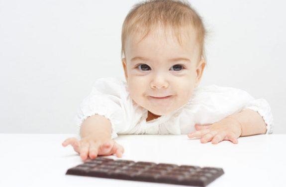 Dar de probar chocolate al bebé
