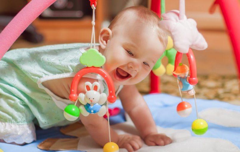 Te contamos las claves para escoger bien los juguetes de tu bebé.